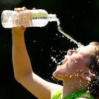 ペットボトルの水が飲みにくい…JRはサービス過剰?