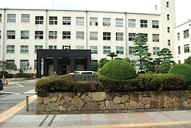 川崎市議会議長経営の介護施設、退職強要で元職員が提訴〜度重なる法令違反に改善命令も