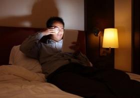 寝る前のメールチェックが危険なこれだけの理由!