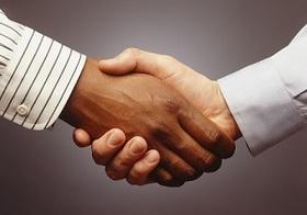 握手のあと、誰もが無意識にとる行動とは? 人間の知られざる習性(最新研究)