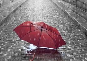 ビニ傘をパクると何罪になる!? 傘パクのシチュエーションで変わる罪の重さ!
