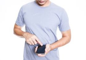 新たな現代病「スマホ巻き肩」 肩こり、めまい、頭痛、腰痛の原因に