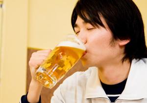 年収3百万以下は、とりあえずビール&サラダ頼む?年収1千万以上と真逆の共通点!