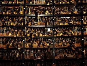 廃墟となった茨城県「詐欺寺」内部に潜入 ― 億を超える預金通帳、僧侶の頭部ケア用品…カオスな光景!