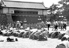 終戦の日の皇居前土下座写真は、やはり「捏造・ヤラセ」!?