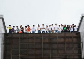 みんなで飛べば怖くない!? 中国工場労働者が賃上げ求め「集団自殺」で脅迫?