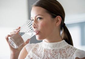 「水を一日2リットル飲むとよい」はウソ?体に毒?肥満や昏睡、花粉症の恐れも