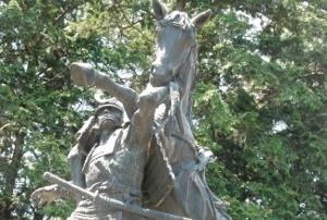 なんだこれは!馬を背負った武士の銅像に隠された真実!