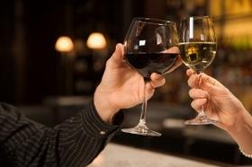 ワイングラス、脚を持つのはマナー違反?誤解だらけのテーブルマナー