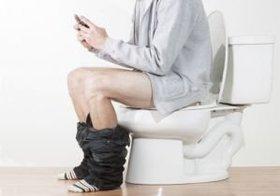 トイレにスマホを持ち込むと痔になる!?トイレに長時間滞在することが原因に