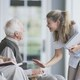 夫婦で月額年金支給10.8万!民間老人ホームは一人月25万、公営は50万人待機