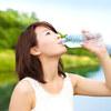 暑い夏、水を一日2リットル飲まないと危険?いや、逆に極力飲んではいけない?