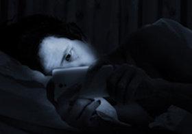ベッドの中でスマホを見続けて<スマホ失明>!? 急増する若者の<スマホ老眼>が進むと……