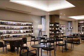ツタヤ図書館、大量の新刊本がオープン日に間に合わず…豪華棚にダミー本並べる