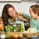 自分で料理しないのは人体に危険!がんリスク増も…がん死亡者激増の要因は食の変化