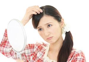 女性の「薄毛」は20〜30代から進行! 頭部全体の毛髪が薄くなる「びまん性薄毛」の原因は?