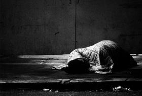 年収2百万円未満の人の死亡リスク、4百万円以上の3倍?低所得層の要介護者、高所得層の5倍