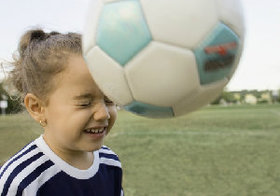 サッカーのヘディングで脳に大きなダメージ! 自律神経障害や記憶力の低下のリスクも