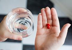 「牛乳と便秘薬」「コーラと鎮痛剤」「アボカドと抗うつ薬」はNG! クスリの危険な飲み合わせ