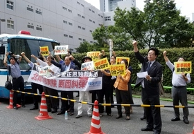 北朝鮮の核実験、本国送金の朝鮮総連本部前で韓国民団が抗議活動…分断される在日コリアン