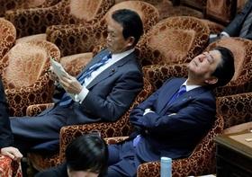 麻生財務相、辞意表明で安倍首相が慰留か…首相続投の意欲消失、内閣総辞職で新首相選出も