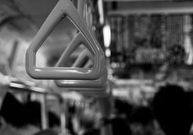電車「敬老者16名乗車します」紙置き座席確保が物議…満員電車でリュック問題に賛否両論