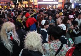渋谷ハロウィンでバカ騒ぎの翌朝、街を掃除する若者たち…指揮者が見る「日本人の美徳」