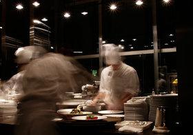 飲食店の厨房や食品工場はこんなに不衛生? 白衣のまま喫煙や犬をなでたり