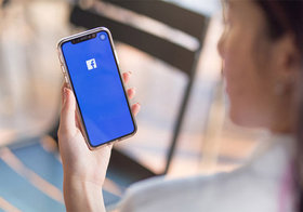 【Facebook】相手にログイン中であることがバレないように隠す方法!