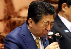 """安倍首相、景気後退認め""""消費増税見送り""""との観測も…衆参ダブル選挙へ下地整う"""