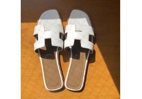 初夏に映える「真っ白アイテム」が流行中!注目の靴&バッグ、「白=難しい」とさよなら!
