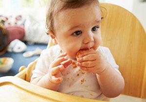 多発する子どもの窒息事故、食事中にスマホ閲覧する母親は要注意!