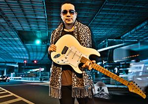 """孤高のギターリストKelly SIMONZが""""超絶""""に語る日本の音楽ビジネスと欧米との違い"""