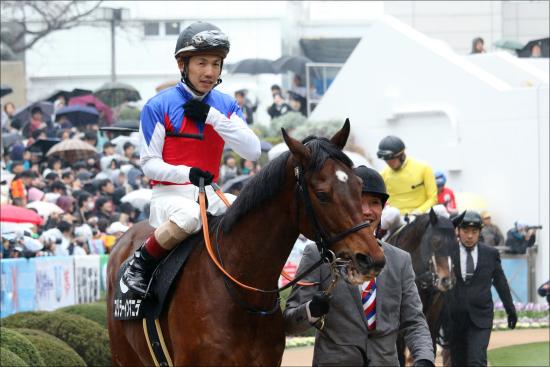JRA松岡正海「蹴られ骨折」金杯勝利も不運。「性格難」でエージェント変更もできず......?