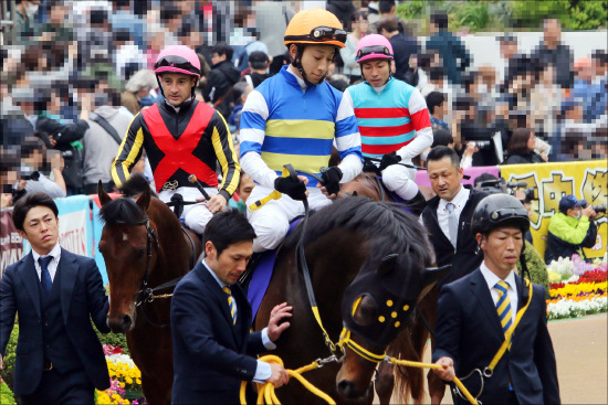 JRA藤岡佑介騎手「蛇行運転」で痛恨の騎乗停止......日本ダービー(G1)サンリヴァルの「代役」は