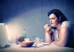 食事中にテレビやスマホを見ると太りやすい…熱中するほどリスク上昇