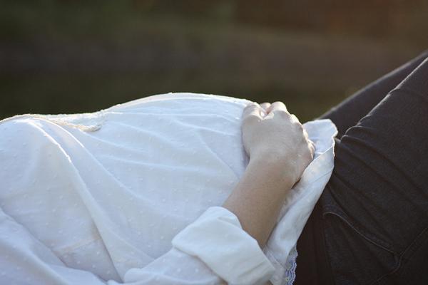 幸せそうな妊婦のイメージは想像図 「楽しくない」し不安で憂鬱なマタニティライフの実際の画像1