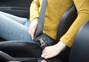 高速で車が飛び込んでくる前代未聞の事故、シートベルト着用の徹底でバス乗客の死者ゼロ