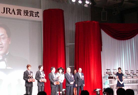 武豊とサブちゃん感動の年度代表馬受賞もくすぶる不満の声。G1・2勝のキタサンブラックが年度代表馬となりG1・3勝のモーリスが落選した裏事情