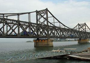 """中朝国境に架かる""""貿易の大動脈""""が大事故で使用不能も、新国境橋が「無期限開通延期」のワケ"""