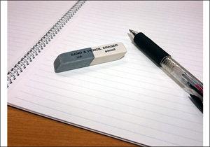 ボールペンの文字も消える魔法の文房具「砂消しゴム」!皆さまは上手に消せましたか?