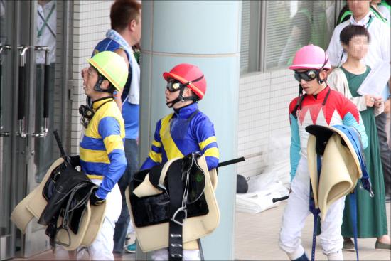 JRA高田潤騎手「神落馬」に海外からも絶賛の声! 大事故を未然に防いだ「プロ根性」にマキバオー作者も驚愕の画像1