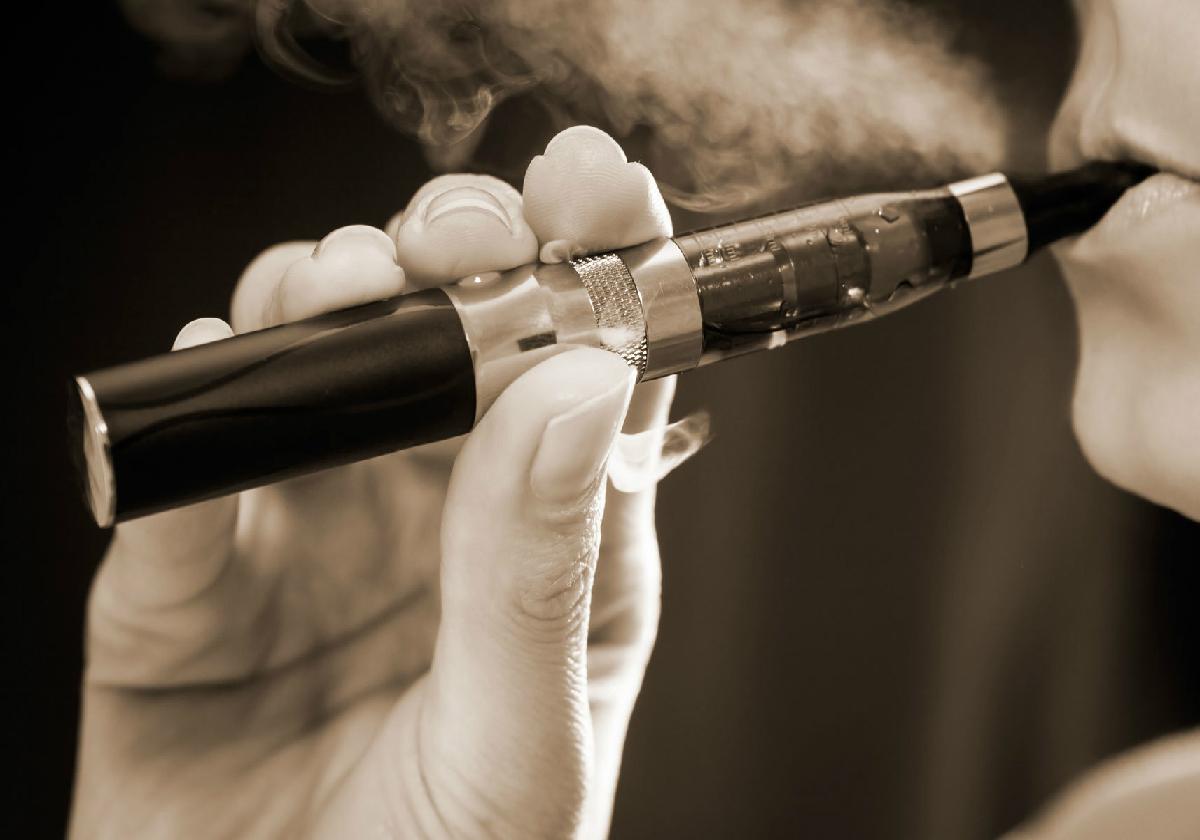 電子タバコは禁煙効果高いけれど危険?厚労省も規制を検討 毒性物質を含むとの報告も