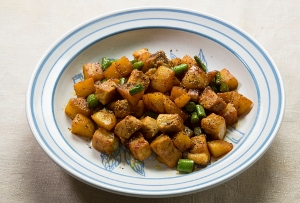 話題のココナッツオイル&スパイシー風味が絶品!じゃがいも豚肉炒め超速レシピ