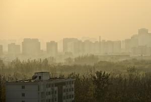 空がグレーで住めない中国、環境破壊で崩壊寸前?産業の国外流出が始まった!