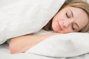 ふわふわのベッドと枕は危険?安眠したいなら安っぽい「硬い寝具」を選ぶべき?
