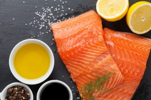 食肉原産国表示、義務付け撤廃…遺伝子組み換えサーモンも 食の安全より経済利益優先