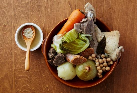鍋に肉と野菜をぶっこんで煮込むだけ!激ウマ鍋料理!