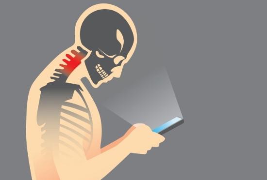 スマホのやりすぎで危険な健康被害!肩・かかと上げ&体ひねるだけで疲れがとれる?の画像1