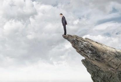 マイナス金利、景気が崖から突き落とされるように悪化の危険も…窮地のアベノミクス